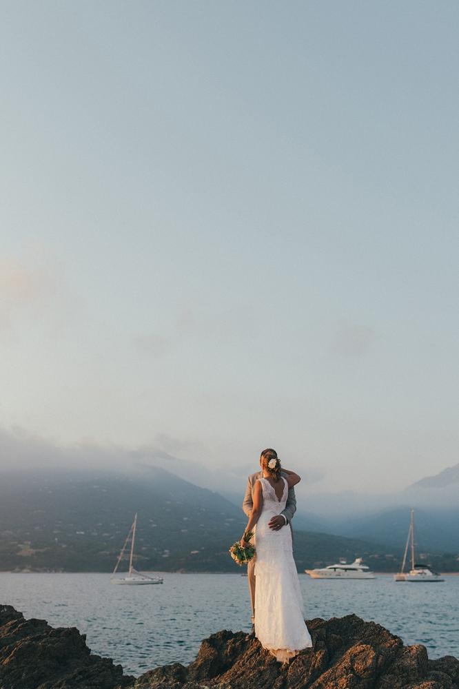 Séance après le mariage en mer méditerranée au coucher de soleil en Corse du Sud, mariage bohème et rétro, par Emmanuelle Auzou photographe mariage en Normandie, Paris et France, french riviera wedding photographer