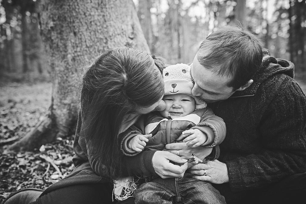 Séance en famille avec Lucille et Jérôme, mes mariés de 2012 qui ont eux un petit garçon, Julien 9 mois ; en forêt d'Arques en Normandie proche de Dieppe par Emmanuelle Auzou photographe à Rouen