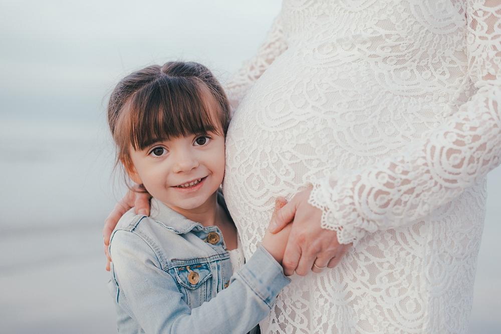 Moments de bonheur, d'échange et de partage lors d'une séance en famille avec la maman enceinte d'une petite fille et ses deux enfants ; rires, jeux, amour, partage... par emmanuelle auzou photographe de famille à dieppe et rouen en normandie