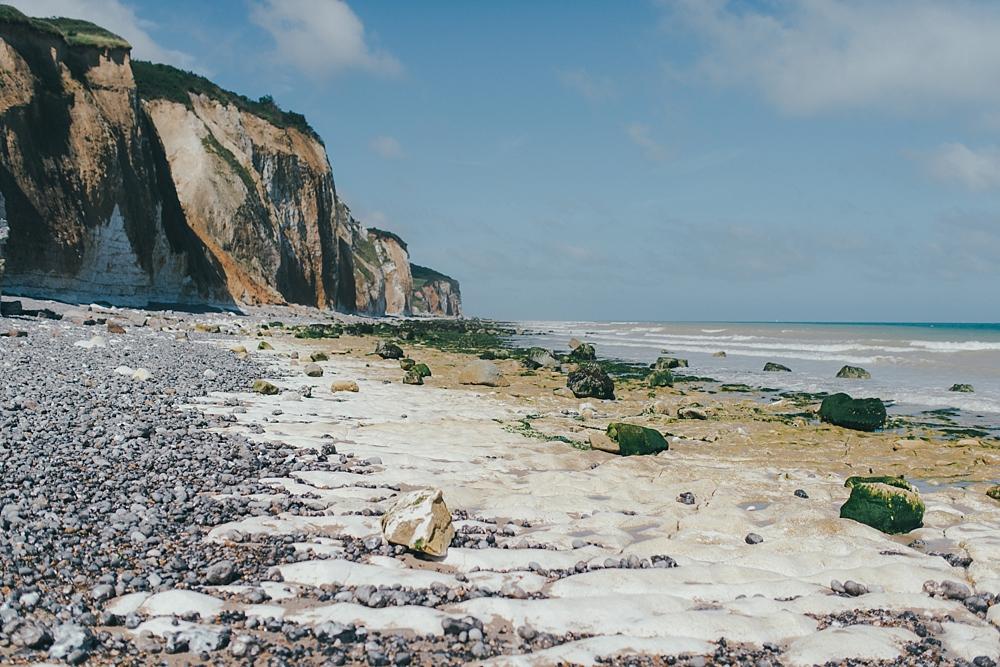 Séance photo de famille entre soeurs par une belle journée d'été en bordure de falaise en Normandie à Dieppe par Emmanuelle Auzou photographe de mariage et de famille à Rouen et en France