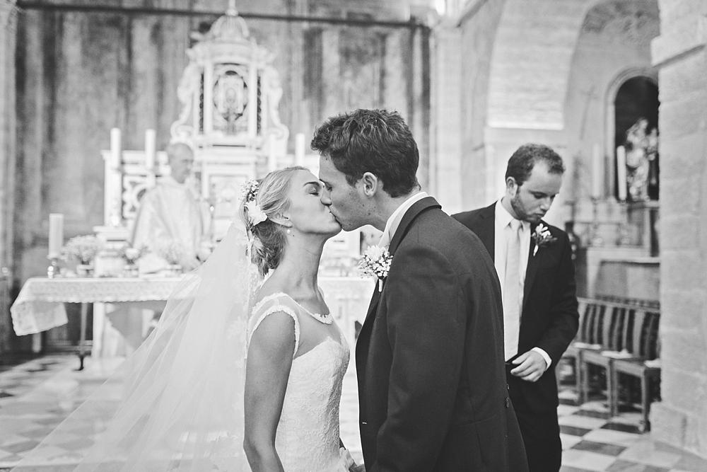 Vogue photography, french wedding destination à Aix en Provence, french riviera, sur le thème pastels folies au château d'alphéran à Puyricard, mariage en 2cv, décoration vintage, oliviers, robe dentelle par Emmanuelle Auzou photographe en France et en Normandie