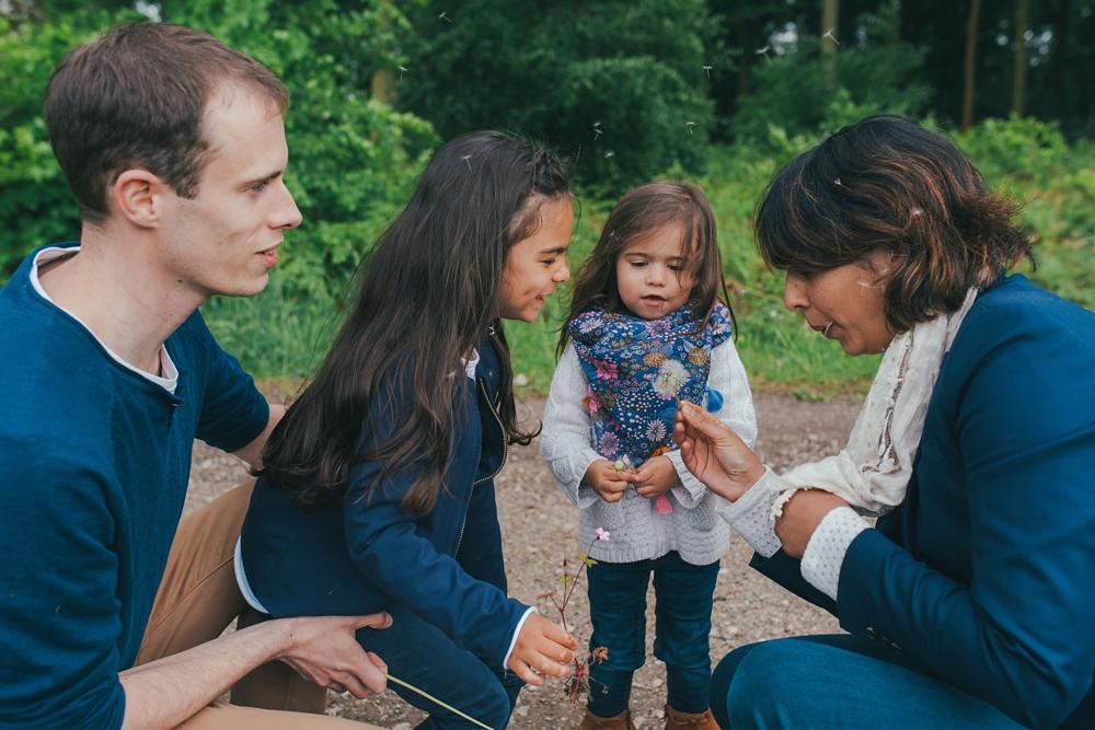 Séance famille fun dans la forêt d'Eawy en Normandie près de Dieppe et Rouen par Emmanuelle Auzou photographe de vie