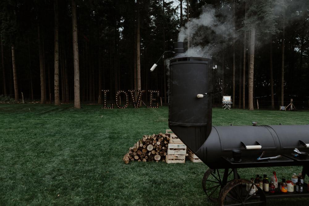 Mariage alternatif sous tente nomade à la maison dans la propriété familiale au coeur d'une forêt de sapin en Normandie