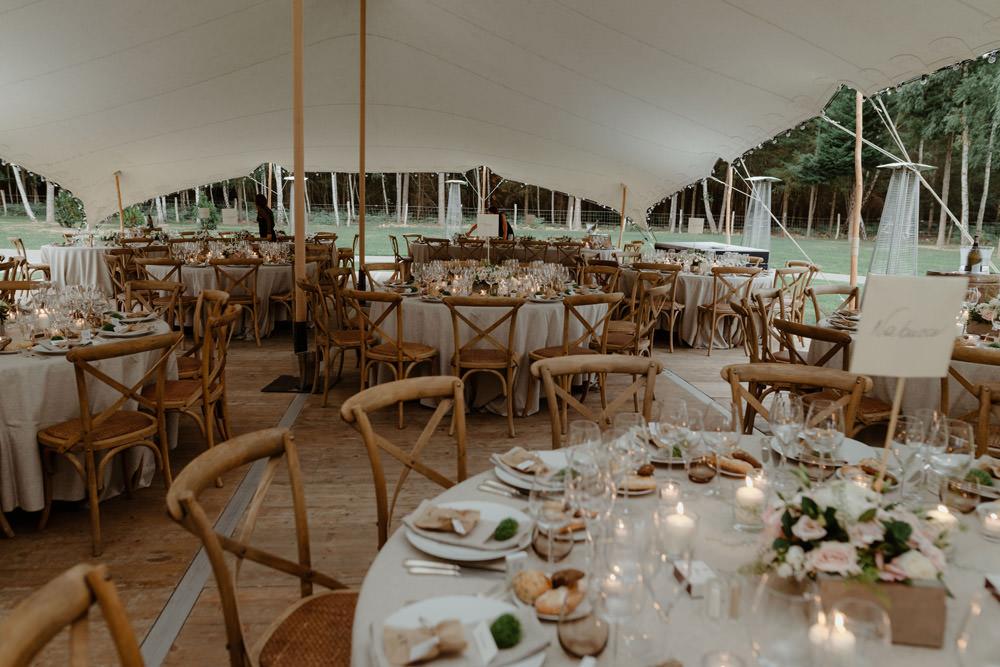 Mariage alternatif sous tente nomade à la maison dans la propriété familiale au coeur d'une forêt de sapin en Normandie par Emmanuelle Auzou Photographe