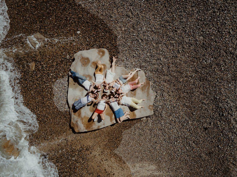 Shooting EVJF Dieppe - Enterrement de vie de jeune fille entre copines à la plage - Emmanuelle Auzou photographe en Normandie