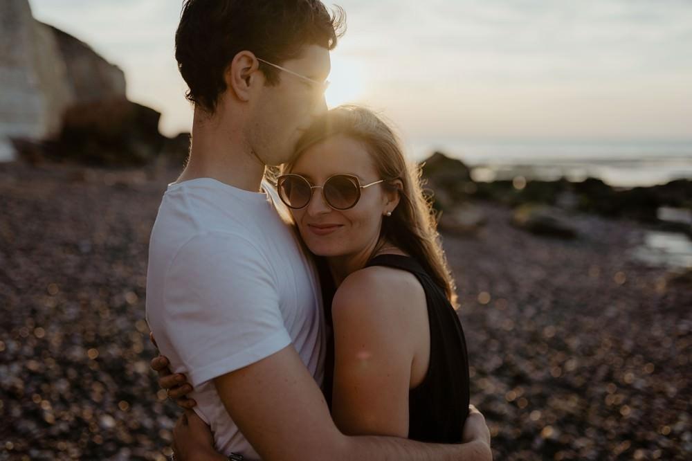 La jolie plage de Varengeville sur Mer comme lieu pour réaliser une séance couple (engagement) afin de faire connaissance avec sa photographe Emmanuelle Auzou, avant le mariage.