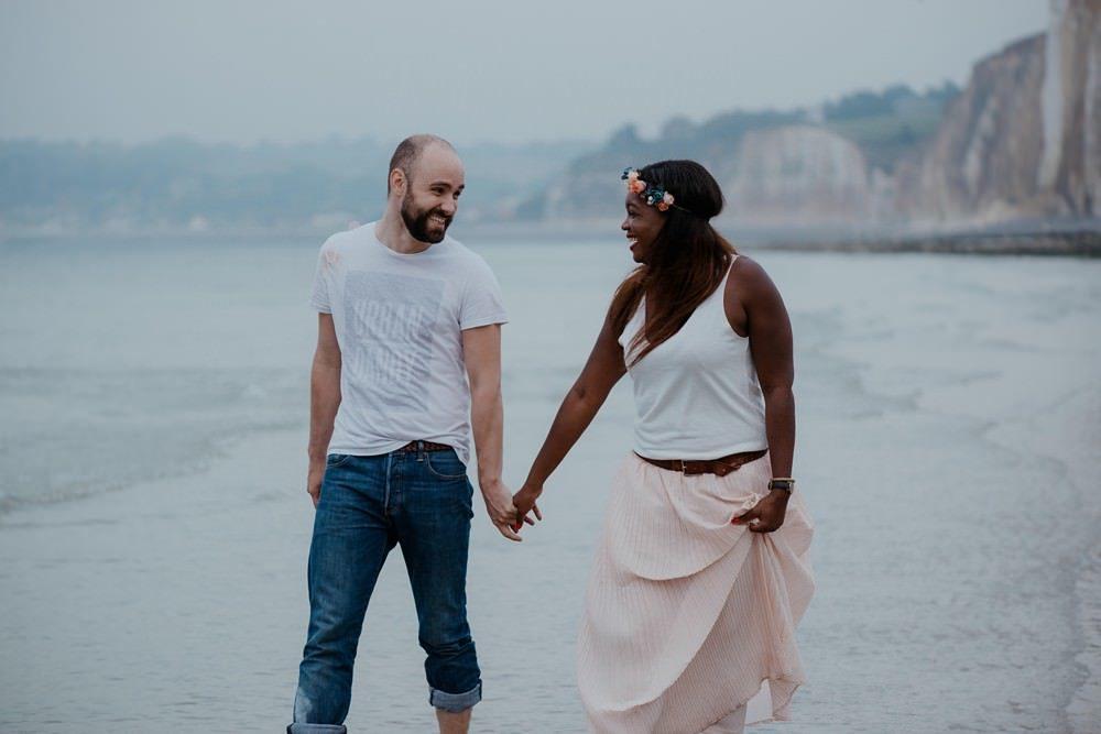 Séance photo en couple avant le mariage (shooting engagement) sur la plage de Dieppe à marée basse par Emmanuelle Auzou photographe à Dieppe