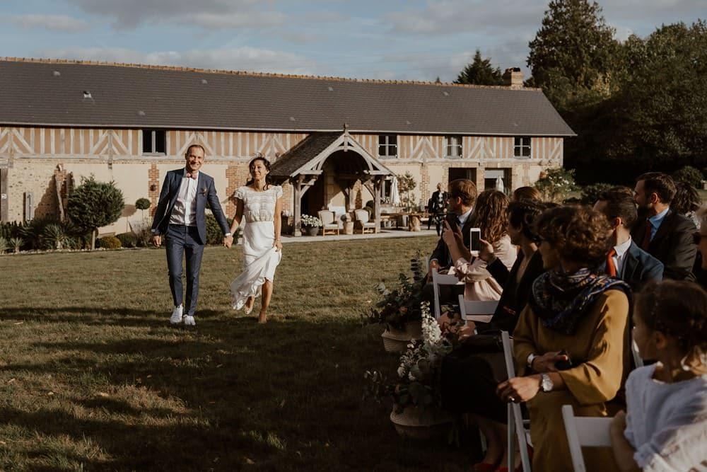 Un mariage laique au Pré des Colombiers dans le Calvados - Mariage sous tente nomade et décoration vintage - Début de cérémonie, entrée des mariées