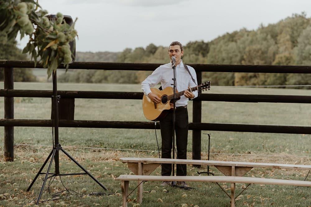 Un mariage laique dans le Calvados - Mariage sous tente nomade et décoration vintage - Yoann Schumacher à la guitare